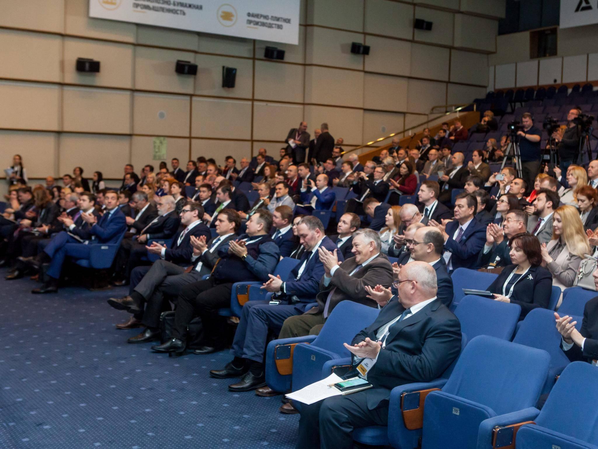 Замминистра промышленности и торговли ознакомился с образцами продукции ЛАТАТ на конференции ЛПК 360°